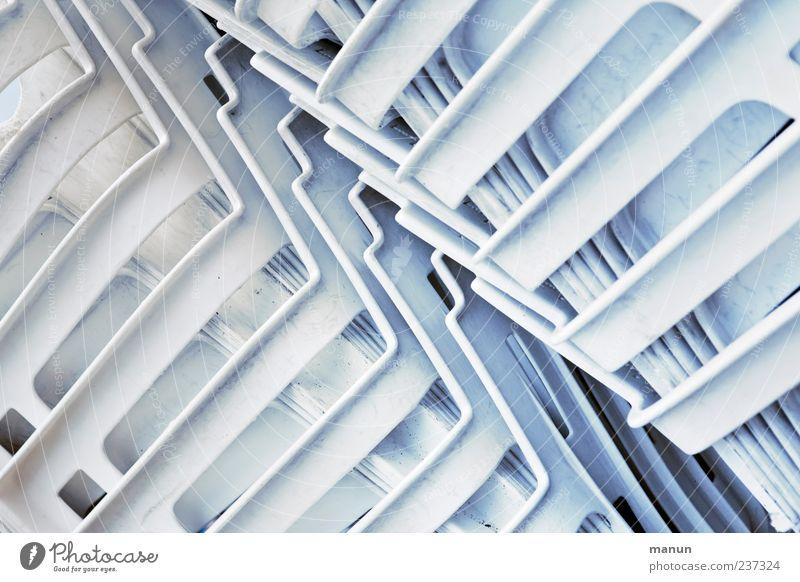 Grätschaften Stuhl Gartenstuhl Stapel Plastikstuhl authentisch einfach hell weiß Ordnung Symmetrie Farbfoto Außenaufnahme Muster Strukturen & Formen
