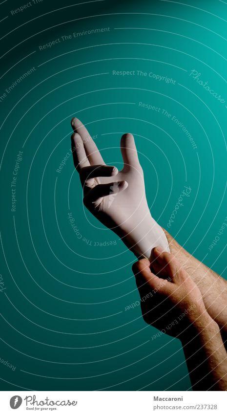 Wo tuts uns denn weh? Mensch Mann blau grün Hand Erwachsene Angst maskulin Arme berühren Sauberkeit Todesangst Beruf Krankheit Arzt Sorge