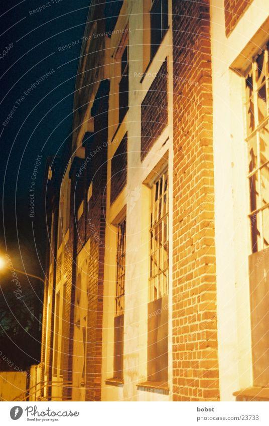 Nachts im Industriegebiet Haus Wand Fenster orange Architektur Industriefotografie Backstein Lagerhalle Splitter Produktionsstätte