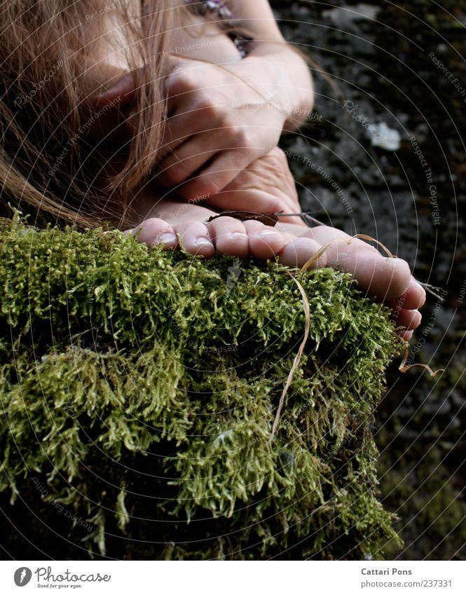 vergiss es bitte nicht... Frau Erwachsene Haare & Frisuren Hand Fuß Moos Treppe brünett langhaarig berühren festhalten hocken einzigartig dünn Farbfoto