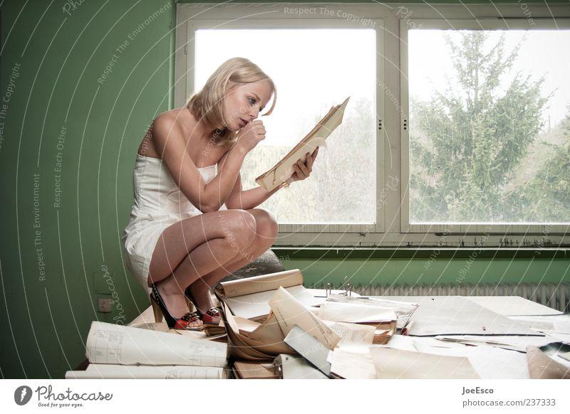 #237333 Frau Hand schön Erwachsene Fenster Büro Arbeit & Erwerbstätigkeit blond sitzen außergewöhnlich Tisch lernen Papier lesen festhalten Schreibtisch