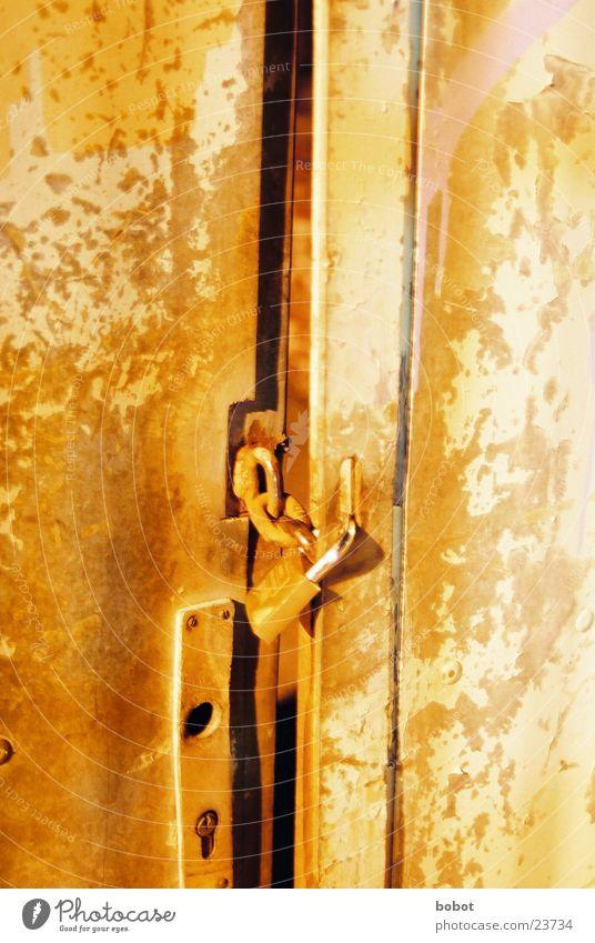 Du kommst hier net rein! alt orange Tür Industrie Burg oder Schloss Tor Rost Kette schließen Trennwand