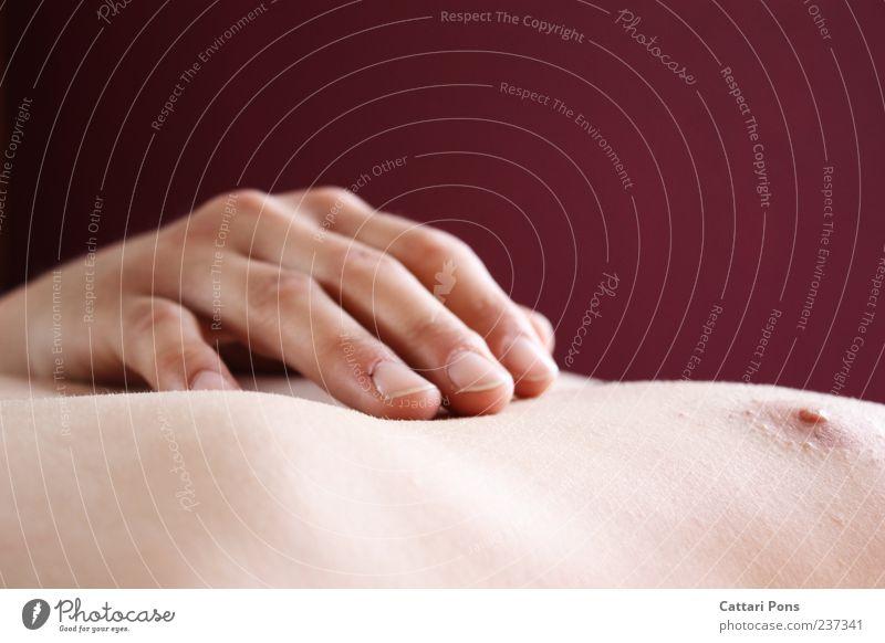 ruhen Hand Erholung nackt hell Haut liegen maskulin Finger schlafen weich berühren nah zart dünn Brust sanft