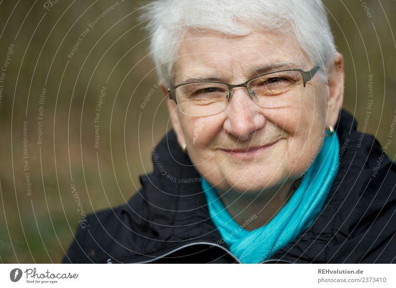 Seniorin lächelt Mensch feminin Weiblicher Senior Frau Großmutter Leben Gesicht Umwelt Natur Herbst Winter Jacke Ohrringe Brille Schal Haare & Frisuren
