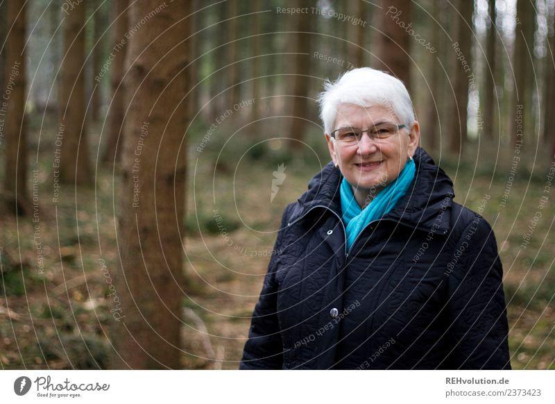 Seniorin im Herbstwald Lifestyle Mensch feminin Frau Erwachsene Weiblicher Senior Großmutter Leben 1 60 und älter Umwelt Natur Landschaft Winter Wald Mantel
