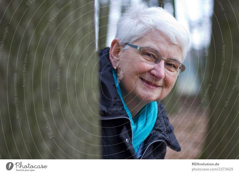 Seniorin lächelt im Wald Frau Mensch Natur Freude Winter Erwachsene Lifestyle Umwelt lustig natürlich feminin Glück Freizeit & Hobby Zufriedenheit