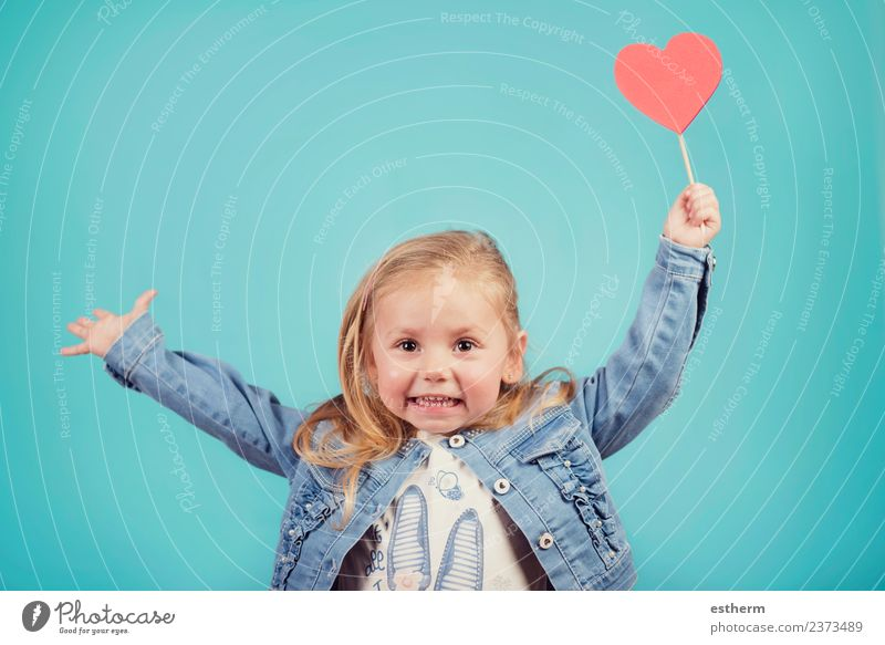 lächelndes Baby mit einem Herzen Lifestyle Freude Party Feste & Feiern Valentinstag Muttertag Mensch feminin Mädchen Kindheit 1 3-8 Jahre genießen Lächeln