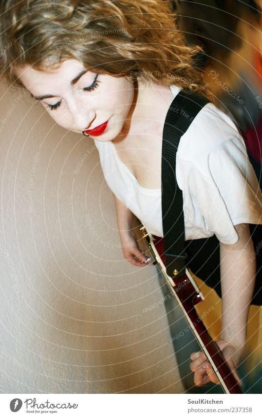 play loud feminin Junge Frau Jugendliche 1 Mensch 18-30 Jahre Erwachsene Rockabilly Musik Musiker Gitarre gelb schwarz weiß Stil Farbfoto Innenaufnahme