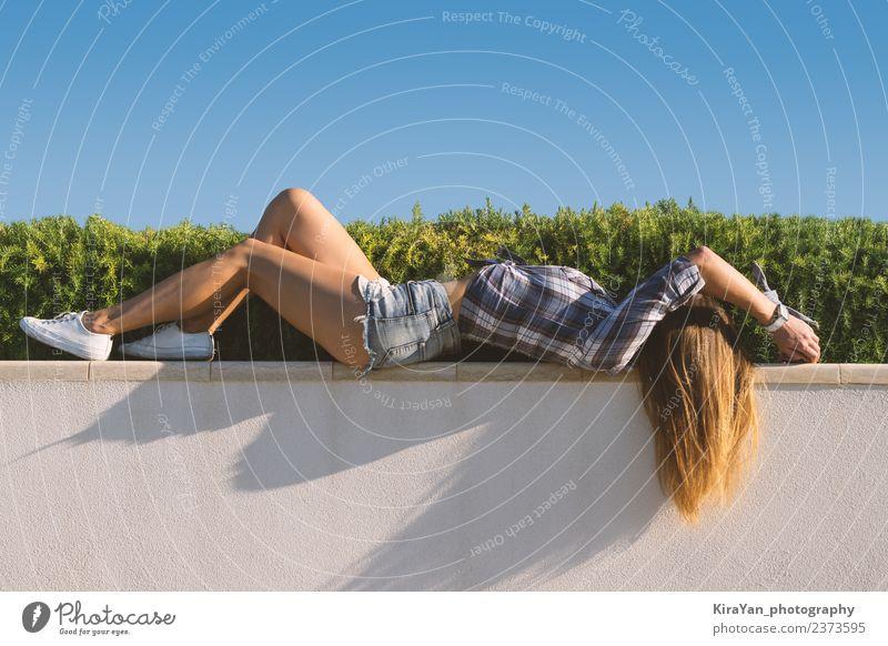 Schönes Mädchen liegt vor dem Grashintergrund. Lifestyle Stil Glück schön Freizeit & Hobby Sommer Sonne Sport Frau Erwachsene Jugendliche Himmel Park Straße