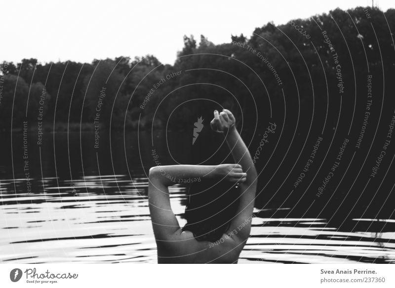 am see. feminin Junge Frau Jugendliche Arme Hand 1 Mensch 18-30 Jahre Erwachsene See Baum Teich Wasser nass Schwimmen & Baden außergewöhnlich Wellen strecken