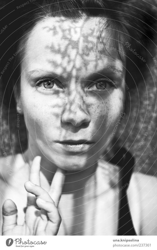 schatten werfen feminin Junge Frau Jugendliche Erwachsene 1 Mensch 18-30 Jahre berühren schön Blatt Schatten Silhouette Sommersprossen Schwarzweißfoto