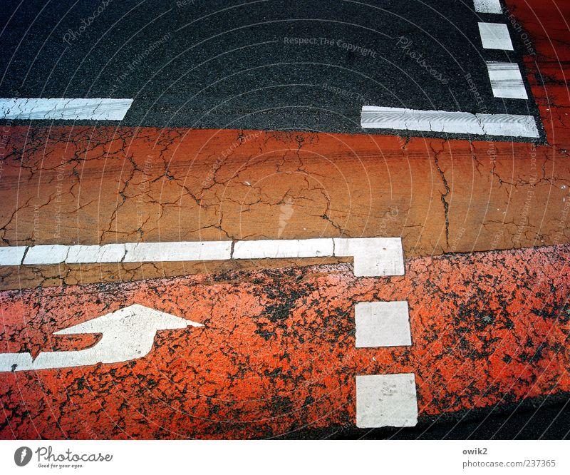 Schon wieder verfahren Verkehr Verkehrswege Straße Pfeil Fahrradweg Schilder & Markierungen Markierungslinie eckig rot schwarz weiß Ordnung Risiko Riss Lücke