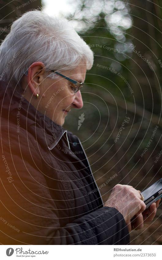 Seniorin mit Smartphone Handy PDA Mensch feminin Frau Erwachsene Weiblicher Senior Großmutter 1 60 und älter Umwelt Natur Winter Wald grauhaarig Kommunizieren