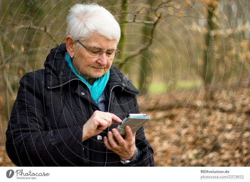 Oma im Wald mit Smartphone Handy PDA Technik & Technologie Telekommunikation Informationstechnologie Internet Mensch feminin Weiblicher Senior Frau Großmutter 1