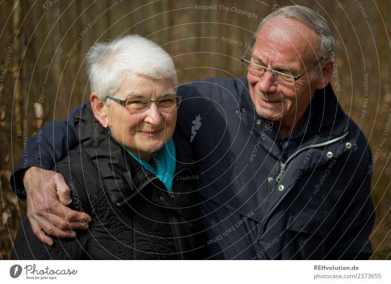 Seniorenpaar lacht gemeinsam draußen Lifestyle Freizeit & Hobby Mensch maskulin feminin Frau Erwachsene Mann Weiblicher Senior Männlicher Senior Großvater