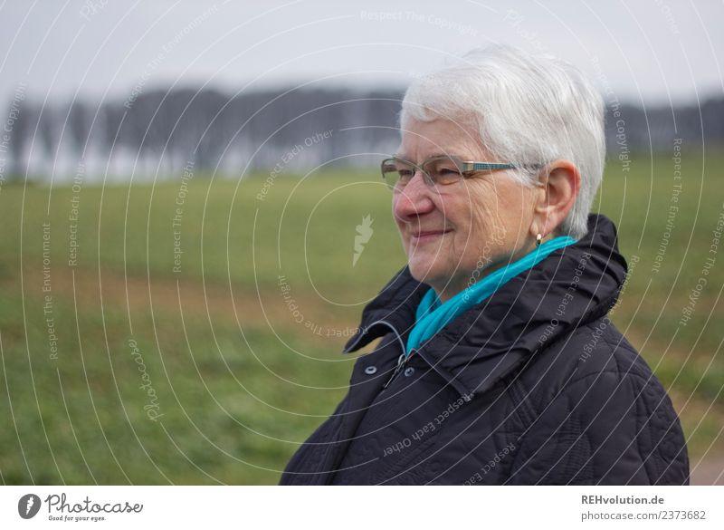 Seniorin lächelt Mensch feminin Weiblicher Senior Frau Großmutter Gesicht 1 60 und älter Umwelt Natur Landschaft Wiese Feld Jacke Ohrringe Brille grauhaarig