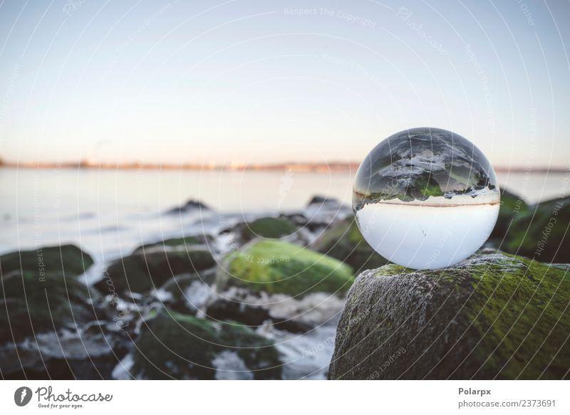 Glaskugel auf Felsen durch das Meer bedeckt Meditation Umwelt Natur Pflanze Erde Moos Küste See Fluss Kugel Globus glänzend hell Sauberkeit Surrealismus Zukunft