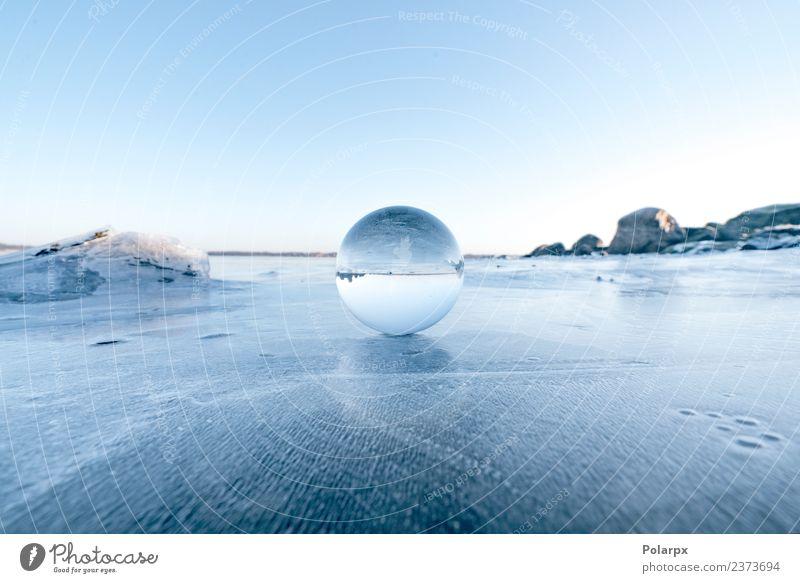 Elegante Glaskugel auf Eis auf einem gefrorenen See Design schön Wellness Meditation Winter Schnee Berge u. Gebirge Dekoration & Verzierung Natur Landschaft