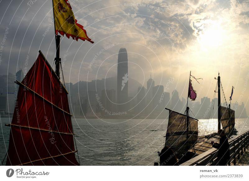 Nachmittags in Hongkong Umwelt Wasser Schönes Wetter Flussufer innovativ Wasserfahrzeug Hafen Skyline Hochhaus Bucht Fahnenmast Djunke Dunst Wolken Küste schön