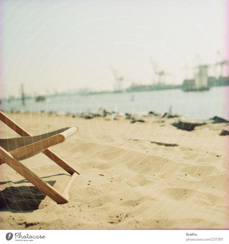 A day at the beach Sommer Strand Einsamkeit ruhig Erholung gelb Wärme Sand Hamburg Industrie Stuhl Hafen genießen Sonnenbad Kran Fluss