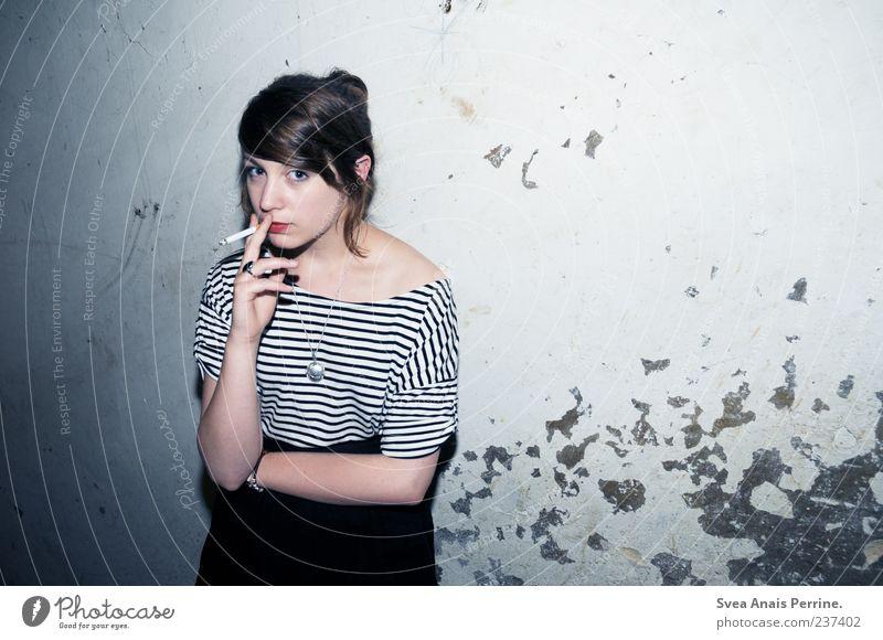 hartes wahres leben. Lifestyle elegant Stil feminin Junge Frau Jugendliche 1 Mensch 18-30 Jahre Erwachsene Mauer Wand Fassade T-Shirt Rock Accessoire