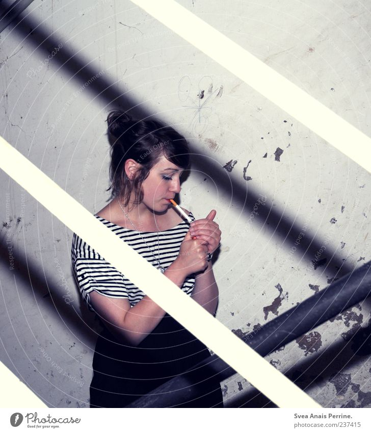 trash pur. Lifestyle elegant Stil feminin Junge Frau Jugendliche 1 Mensch 18-30 Jahre Erwachsene Mauer Wand Treppe Rock Accessoire Rauchen Coolness kalt kaputt