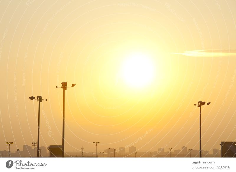 BIG CITY DREAMS Himmel Stadt Ferien & Urlaub & Reisen Sonne Sommer Erholung gelb Wärme Horizont orange Reisefotografie Warmherzigkeit Sehnsucht Laterne Skyline