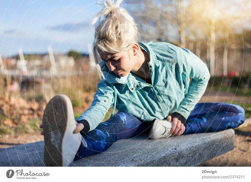 Frau Mensch Natur Jugendliche Junge Frau schön Baum Erwachsene Lifestyle natürlich Sport feminin Gras Glück Park Körper