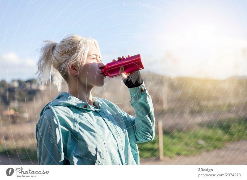 Blondes Mädchen trinkt Wasser beim morgendlichen Joggen. Flasche Lifestyle schön Sommer Sport Leichtathletik Sportler Mensch feminin Junge Frau Jugendliche