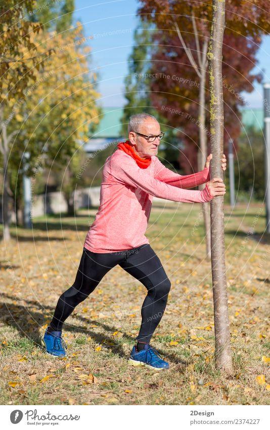 Senior Man beim Training im Park Diät Lifestyle Körper Gesundheit sportlich Fitness Freizeit & Hobby Sommer Sport Joggen Mensch maskulin Mann Erwachsene