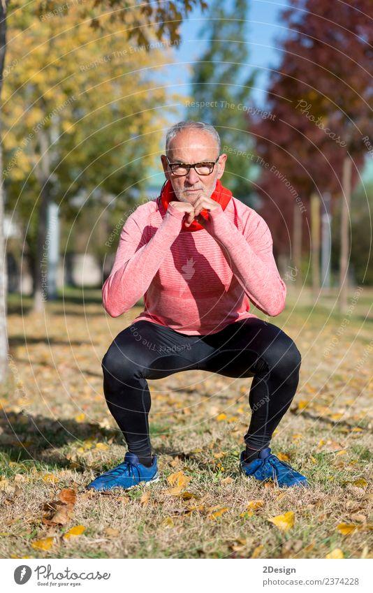 Senior Man beim Training im Park Diät Lifestyle Körper Gesundheit sportlich Fitness Freizeit & Hobby Sommer Sport Leichtathletik Sportler Joggen Mensch Mann