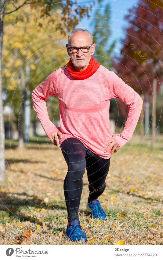 Senior Man beim Training im Park Diät Lifestyle Körper Gesundheit sportlich Fitness Freizeit & Hobby Sommer Sport Leichtathletik Sportler Joggen Mensch maskulin
