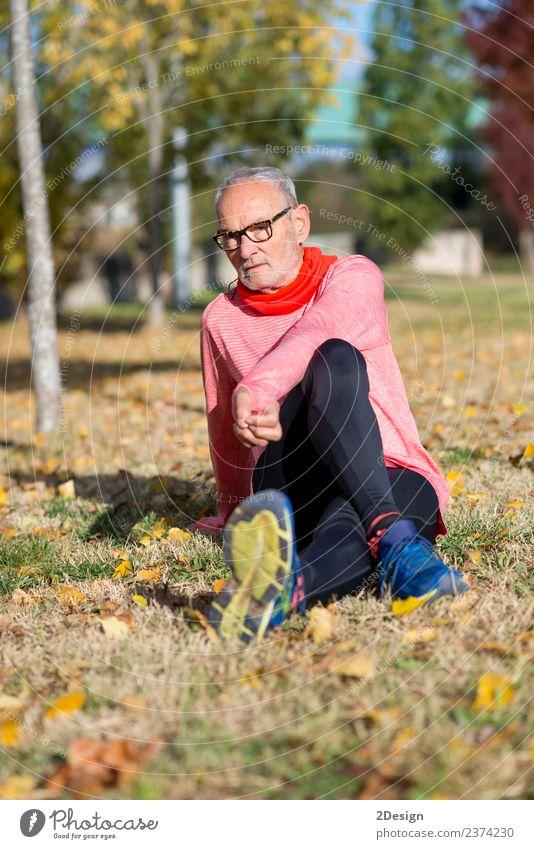 Mensch Mann alt Sommer Landschaft Erwachsene Lifestyle Senior Sport lachen Fuß Freizeit & Hobby maskulin Park Körper Schuhe