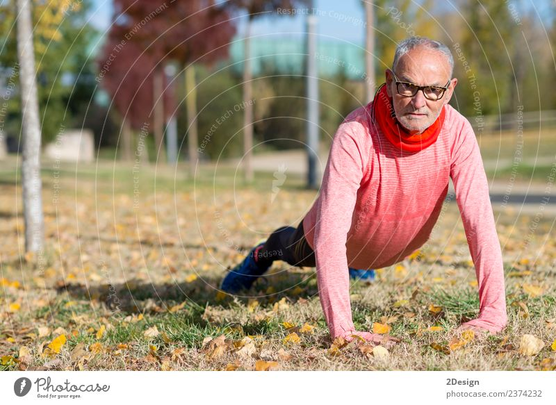 Senior Man beim Training im Park Diät Lifestyle Körper sportlich Fitness Freizeit & Hobby Sommer Sport Leichtathletik Sportler Joggen Mensch maskulin Mann