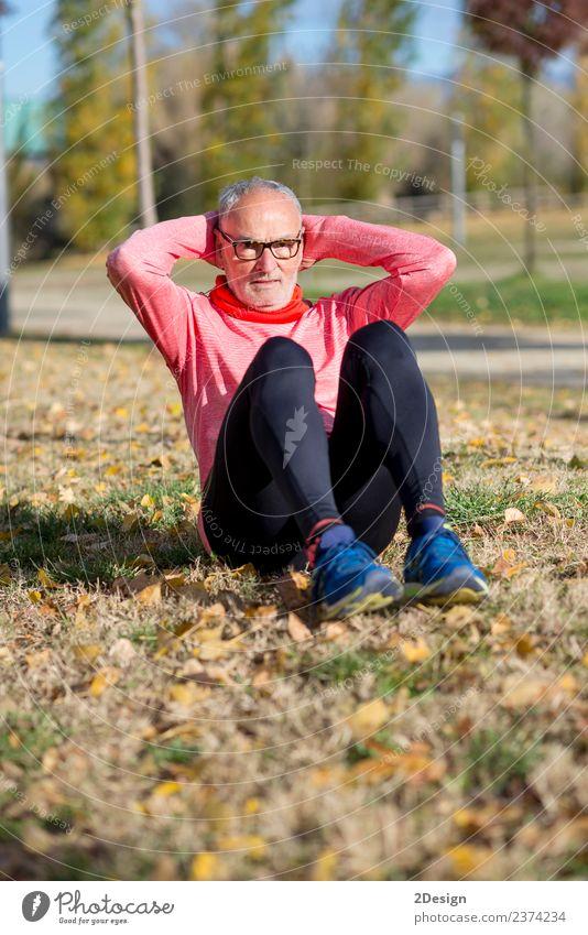 Senior Man beim Training im Park Diät Lifestyle Körper Gesundheit Gesundheitswesen sportlich Fitness Freizeit & Hobby Sommer Sport Leichtathletik Sportler