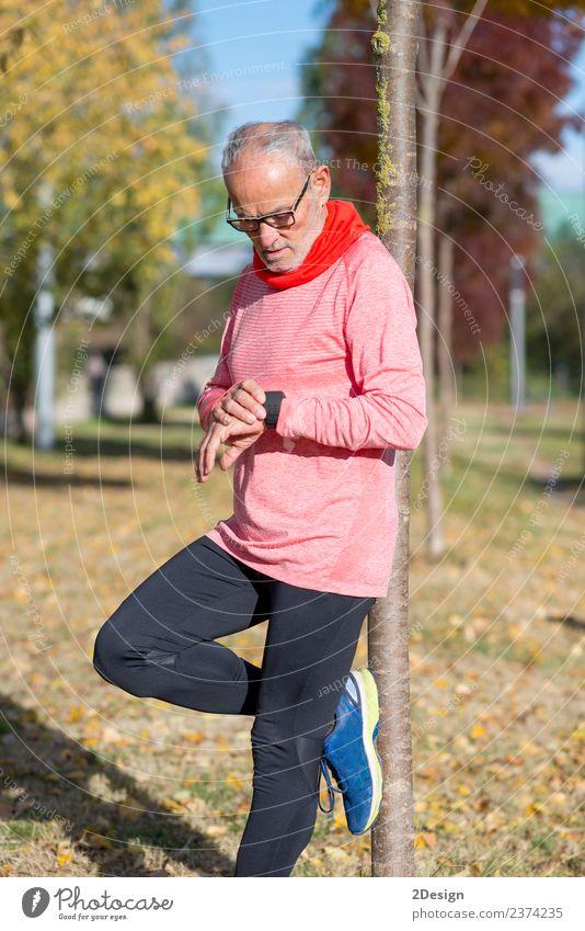 Porträt eines älteren Mannes mit einer intelligenten Uhr. Lifestyle Wellness Leben Erholung Sport Joggen Arbeit & Erwerbstätigkeit Bildschirm