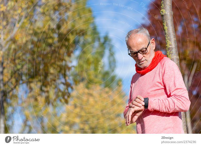 Porträt eines älteren Mannes mit einer intelligenten Uhr. Lifestyle Erholung Freizeit & Hobby Sport Leichtathletik Sportler Joggen Arbeit & Erwerbstätigkeit
