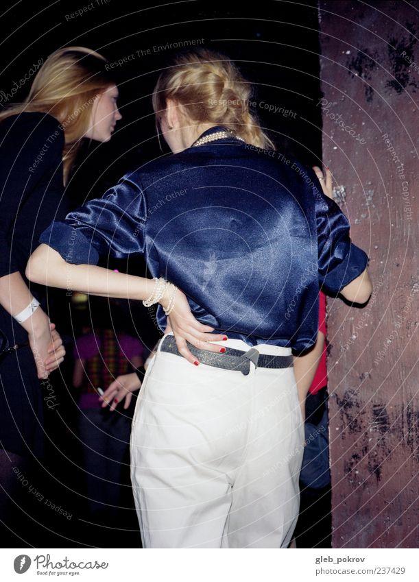 Mensch Jugendliche Hand weiß blau sprechen Party Haare & Frisuren Erwachsene Rücken Bekleidung retro hören positiv trendy