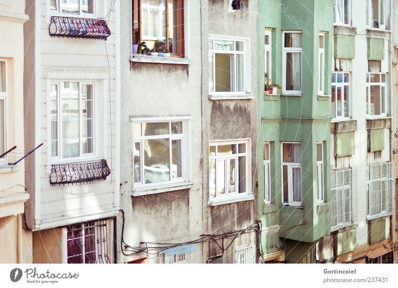 Irgendwo in Cihangir Stadt Haus Gebäude Architektur Mauer Wand Fassade Fenster alt Altbau Erker Erkerfenster Istanbul Häuserzeile Farbfoto Außenaufnahme