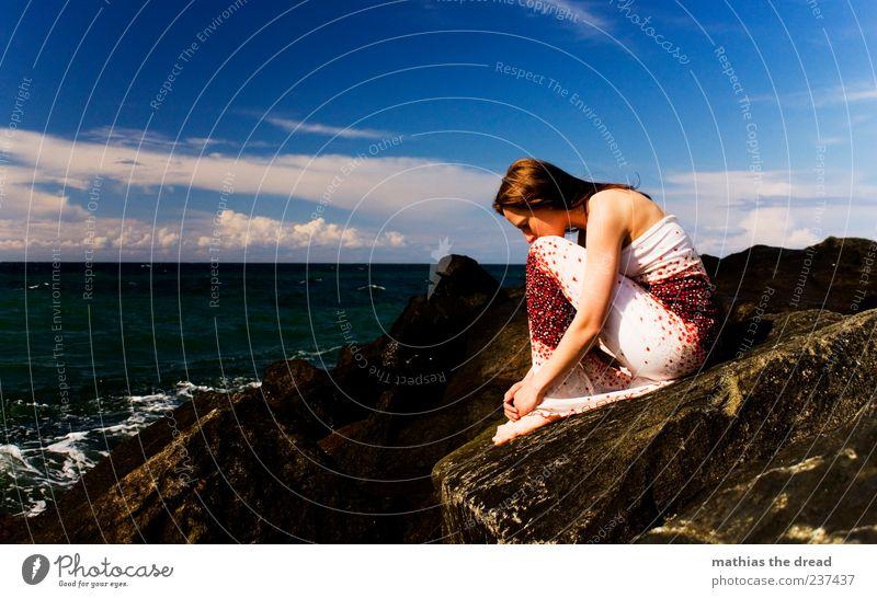 EINSAM Himmel Jugendliche Wasser schön Sommer Wolken Einsamkeit ruhig Erwachsene Ferne feminin Gefühle Küste Stein Traurigkeit Stil
