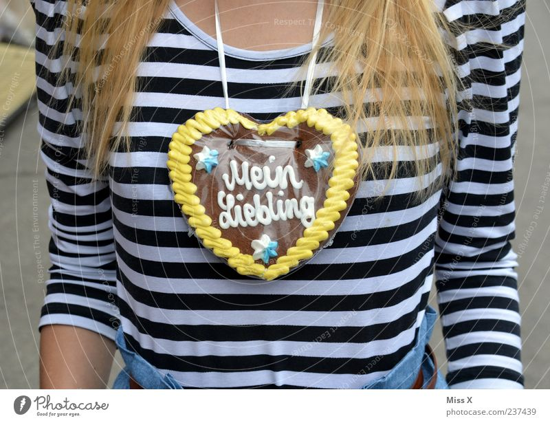 Herzilein Mensch Jugendliche Liebe Ernährung feminin Feste & Feiern blond Erwachsene Lebensmittel süß Romantik Kitsch Brust lecker Süßwaren