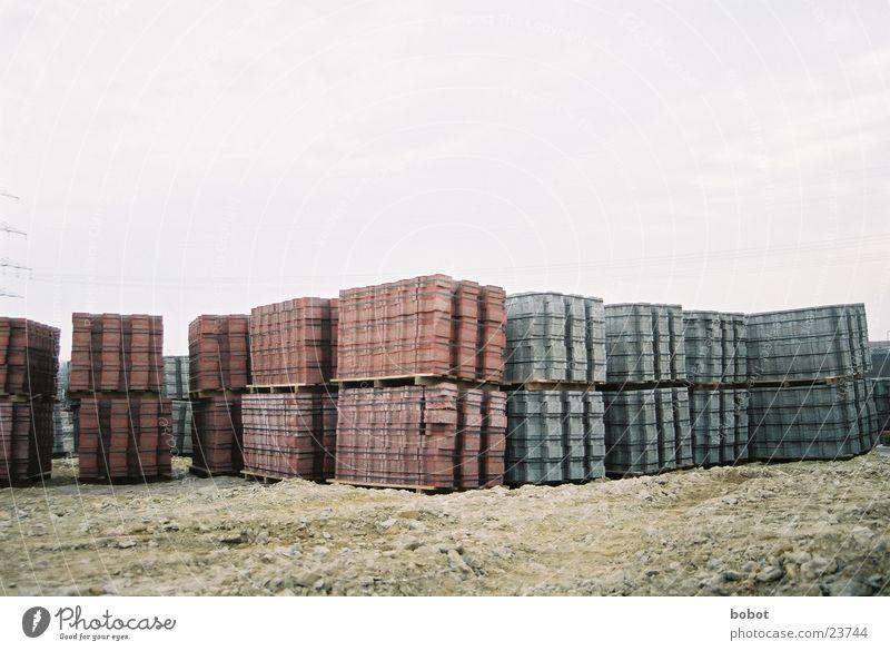 Festung Backstein Paletten rot grau Hausbau Handwerk schwer Industrie Stein palettenweise Sand Baustelle Stapel