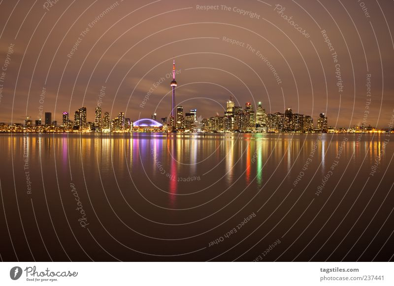 WIDE ANGLE Stadt Ferien & Urlaub & Reisen Farbe Ferne Leben Horizont Reisefotografie Skyline Amerika Abenddämmerung Wasseroberfläche Kanada Nachthimmel Toronto mehrfarbig Wasserspiegelung