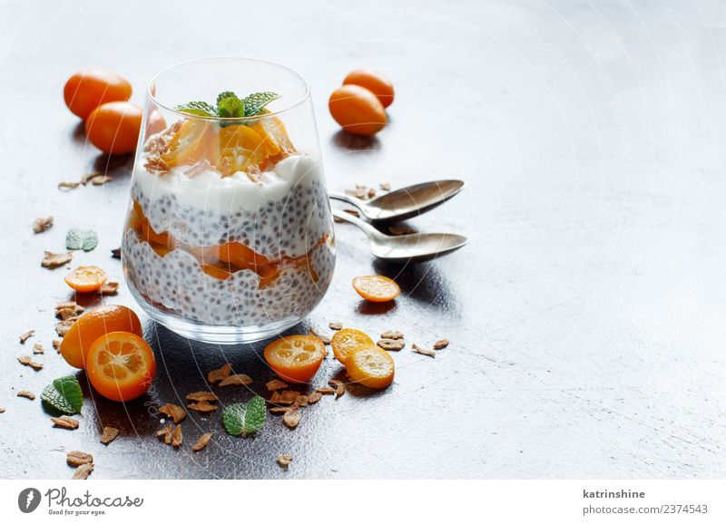 Chiapudding-Parfait, geschichtet mit Kumquat und Müsli Joghurt Frucht Dessert Essen Frühstück Diät Schalen & Schüsseln Löffel dunkel hell grün weiß Farbe