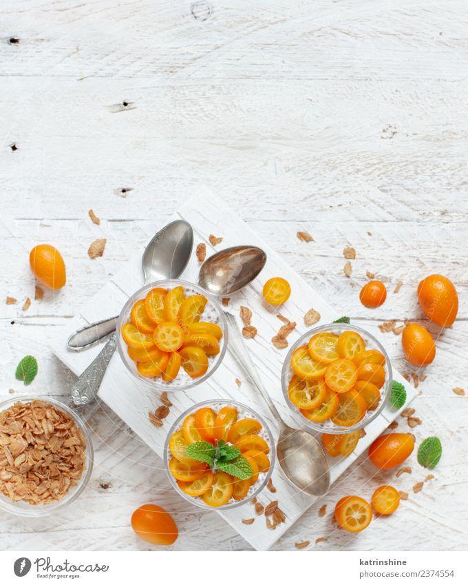 Chiapudding-Parfait, geschichtet mit Kumquat und Müsli Joghurt Frucht Dessert Essen Frühstück Diät Schalen & Schüsseln Löffel hell oben grün weiß Farbe Pudding