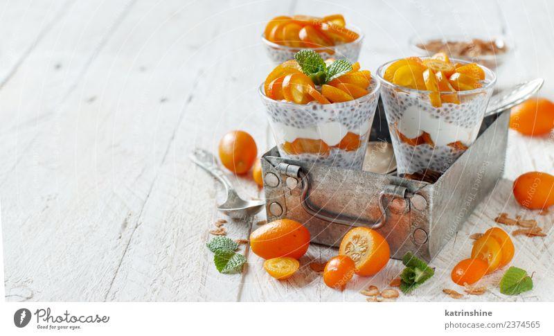 Chiapudding-Parfait, geschichtet mit Kumquat und Müsli Joghurt Frucht Dessert Essen Frühstück Diät Schalen & Schüsseln Löffel Metall hell grün weiß Farbe