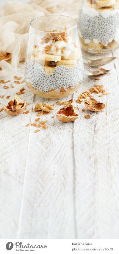 Chiapudding-Parfait, überzogen mit Banane und Granola Joghurt Frucht Dessert Essen Frühstück Diät Schalen & Schüsseln Löffel weiß Müsli Pudding Samen Molkerei
