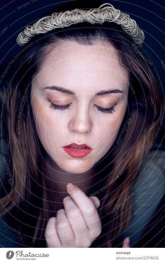 Natur Jugendliche Junge Frau schön Einsamkeit ruhig Gesicht Gefühle feminin Denken einzigartig Schutz Sicherheit geheimnisvoll Platzangst Gelassenheit