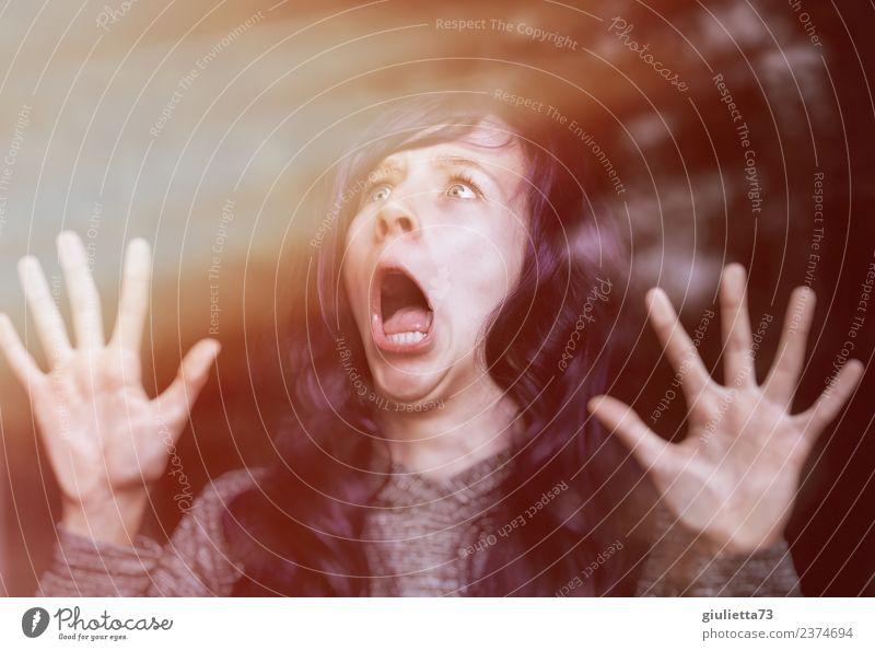 plem plem   Aliens im Anflug!   Frau in Panik am Fenster feminin Junge Frau Jugendliche Erwachsene 1 Mensch 13-18 Jahre langhaarig Blick schreien bedrohlich