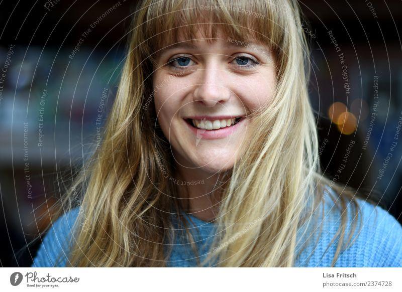 Glücklich Mensch Jugendliche Junge Frau blau schön Freude 18-30 Jahre Gesicht Erwachsene Lifestyle natürlich feminin Stil lachen Haare & Frisuren